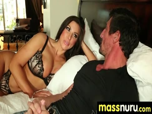 Erfolgreicher kunde bekommt eine komplette service-massage 14