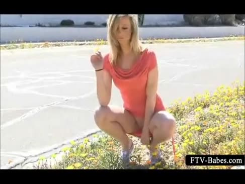 Ash-blonde vamp chats ein spaziergang nackt in der Öffentlichkeit