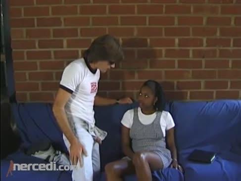 Smooth-shaven ebenholz teenager eine humungous weißen mann wurst in den arsch