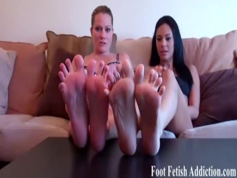 Sie genießen unsere füße zu gurgeln
