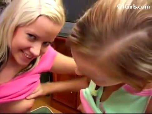 Ash-blonde dame in denim-minirock schlürfende pussy gepickert mit spielzeug auf der oberseite des klaviers gepflügt