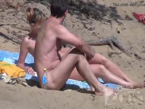 Mündliche vergnügen an einem fkk-strand