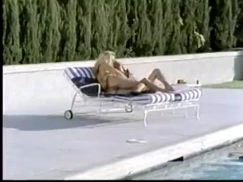 5 anbrennende frauen am pool