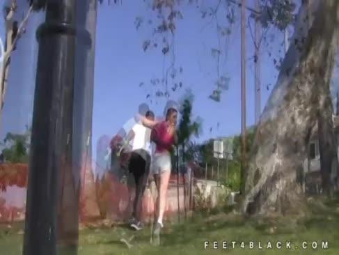 Eden jugendlich verhöhnt ebenholz mit ihren füßen