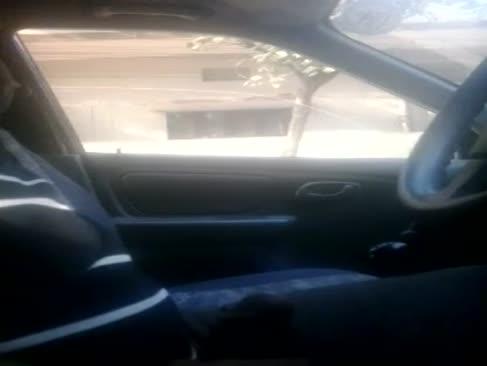 Auto zeigt wütenden kerl nach innen