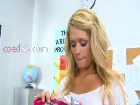 Faszinierende platin-blondine mit lehrerin
