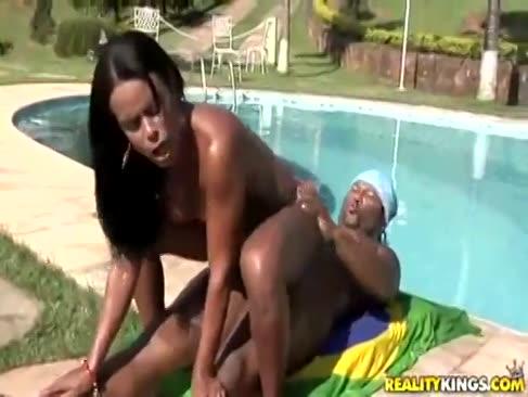 Gostosa brasileira dando gostoso na piscina