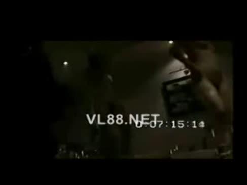 Frau über t mua thoat y trong phong karaoke