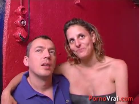 Gruppe pummel in einem keller für eine geklopfte dame mit riesigen titten. französischer amateur