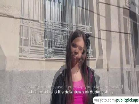 Desperate college stunner nimmt ein angebot von einem fremden um ihre euter für bargeld zu blinken