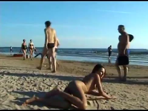Dieser teenager-nudist wendet sich an einem öffentlichen strand aus