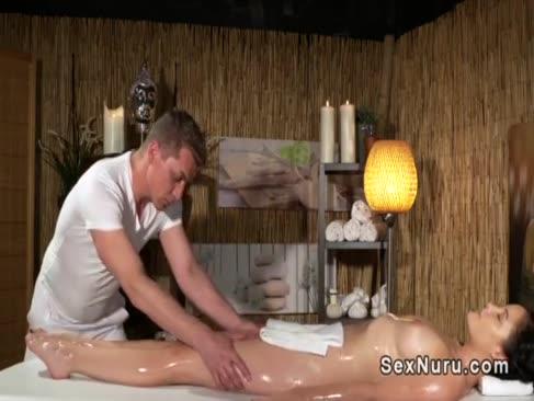 Gefettete braunhaarige bekommt masseurs lollipop von hinten