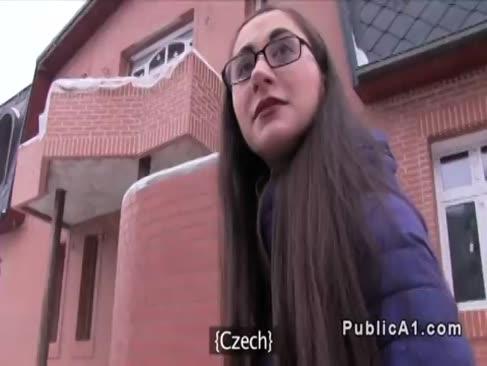 Tschechische dunkelhaarige ersttimer-deepthroats in der Öffentlichkeit