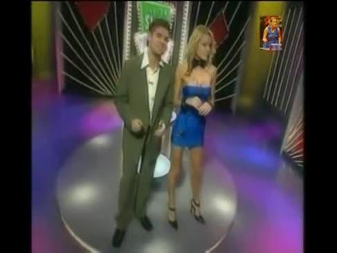 Ultra wunderbare fleischige bh-stuffers dame spielt disrobe poker auf tv-show