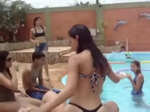 Gostosa rebolando na piscina