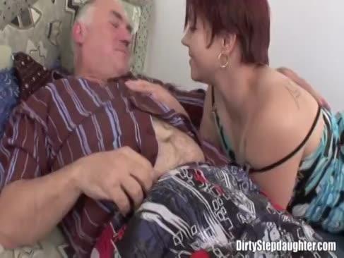 Runde ginger-haired stepdaughter weckt step-vater zum ficken