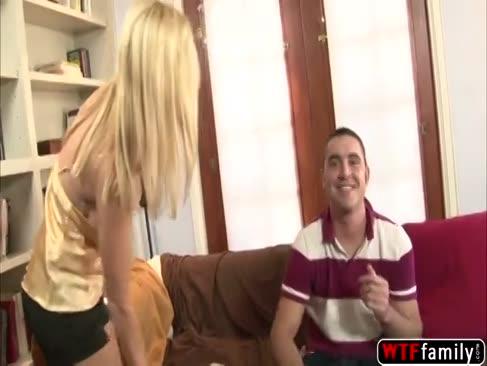 Kinky fette spaß taschen platin-blonde milf ganz tabitha initiiert einen tit-job mit ihrem stiefsohn